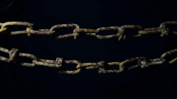 Viejas manos cadena oxidada criado — Vídeo de stock