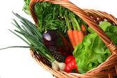 Verduras frescas en una cesta — Foto de Stock
