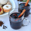 Mulled wine with spices and Christmas cookies. Shallow dof. — Foto de Stock
