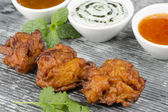 Onion Bhajis and Dips — Stockfoto