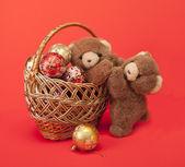 玩具熊和一篮子的圣诞玩具. — 图库照片