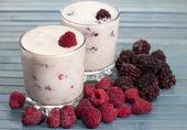 Yoghurt med hallon och björnbär — Stockfoto