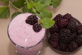 Yogurt with raspberries and blackberries — ストック写真