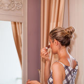 Beautful Girl Is Standing In Front of a Mirror Putting on Makeup — Stock Photo