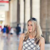 Piękna dziewczyna czeka na dworzec kolejowy — Zdjęcie stockowe