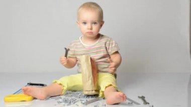 Bebé jugando con herramientas — Vídeo de Stock