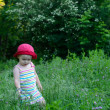 Cute little girl playing in the green field — Foto Stock