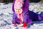 Retrato de niña feliz en paisaje nevado — Foto de Stock