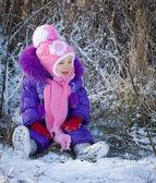 Retrato de uma menina feliz na paisagem de neve — Fotografia Stock