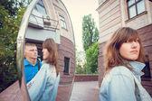 愛、愛、喜び、幸福、笑顔に落ちるの街歩き. — ストック写真