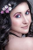 Hermosa chica con flores en el pelo — Foto de Stock