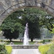 Archway leading to fountain — Stock Photo