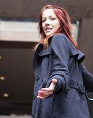 Mujer extendiendo la mano principal arriba - derecha — Foto de Stock