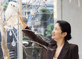 Pretty asian lady admiring snowy owl display — Stock Photo