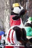 Niedźwiedź siedzi na zestaw perkusyjny w boże narodzenie parady — Zdjęcie stockowe