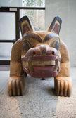 Cão de madeira esculpida, no museu de antropologia — Fotografia Stock