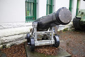 Cannon displayed in front of armed forces building — Stock Photo