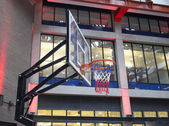 Basketball net in urban shopping plaza — Stock Photo