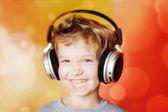 Lycklig pojke med hörlurar — Stockfoto