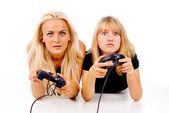 Piękne dziewczyny podekscytowany grać w gry wideo — Zdjęcie stockowe