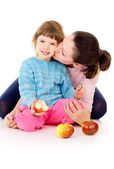 Mother and daughter eat apples — Stock Photo