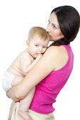 彼女の腕の中で裸の赤ちゃんを持つお母さん — ストック写真