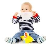 bebezinho chegar umedecidos e enxuga o rosto — Foto Stock