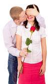 Der kerl gibt ein mädchen eine rose, küsse — Stockfoto
