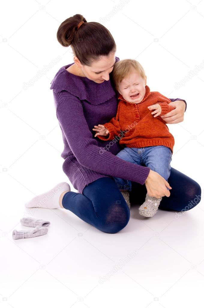 Почему ребенок плачет у матери на руках