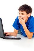 Jongen met laptop geïsoleerd — Stockfoto