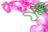 Zachte achtergrond met rozenblaadjes en hart kralen — Stockfoto
