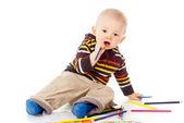 Bel enfant dessine avec crayons de couleur — Photo