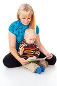 Madre e hijo leyendo — Foto de Stock