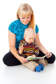 Mother and child reading — Stockfoto