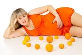 Schwangere frau liegen in der nähe der oranges — Stockfoto