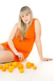 Pregnant woman sitting near the oranges — Stock Photo