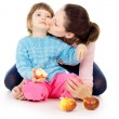 Mother and daughter eat apples — Stock fotografie