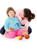 Mom with daughter having a healthy way of life, and eat apples — ストック写真