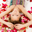 Girl lies in the petals of roses — Foto Stock