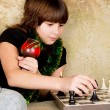 Small the girl was sitting on the sofa at and plays chess — ストック写真