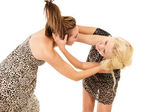 Two girls swear and fight — Stock Photo