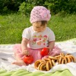 Little girl on a picnic with bagels — Stockfoto