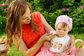 Hijyen, anne bebek mendil yıkar — Stok fotoğraf