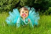Criança está sentado na grama na natureza — Foto Stock