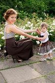 Мама показывает ребенка цветы — Стоковое фото