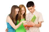 Studenten studieren das buch — Stockfoto