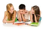 Jovens estudantes lendo livros — Fotografia Stock
