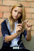 Young girl broke her cigarette — Stockfoto