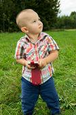 Un niño jugando con el teléfono — Foto de Stock