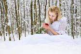 Flicka i en bröllopsklänning i vinter — Stockfoto